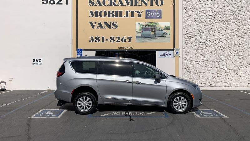 Used 2018 Chrysler Pacifica.  ConversionFreedom Motors Freedom Motors Pacifica Kneelvan
